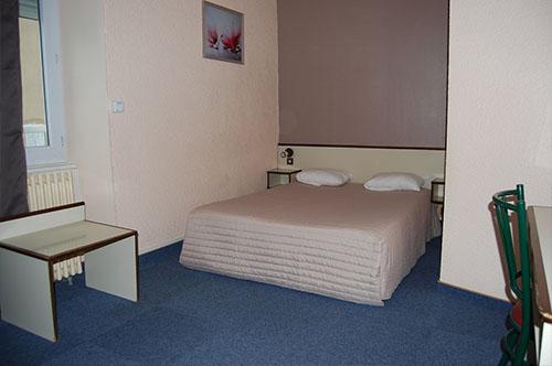 le confort de nos chambres l 39 hotel jalade millau midi pyr n es vous pourrez visiter le. Black Bedroom Furniture Sets. Home Design Ideas